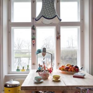Nad stołem znalazło się miejsce na pełną uroku turkusową lampę. Fot. Polly Eltes/Narratives.