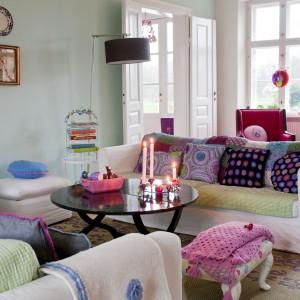 Kolorowe poduchy dumnie zdobią wzorzyste kanapy. Fot. Polly Eltes/Narratives.