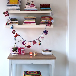 Nawet stolik pełniący rolę toaletki zachował wesoły świąteczny nastrój. Fot. Polly Eltes/Narratives.