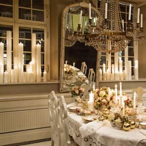 Świąteczny stół po królewsku. Złoto w dekoracji stołu nadaje mu bogaty, elegancki charakter, a jasna, ciepła barwa dodaje aranżacji przytulności i zachęca do zasiadania przy stole w gronie rodzinnym. Fot. Royal Copenhagen.