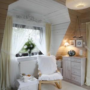 Dodatki równie efemeryczne – druciany świecznik, montowany do sufitu czy zawieszki - śnieżynki. Fot. Bartosz Jarosz.
