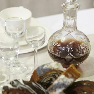 Świąteczny stół to nie tylko dekoracje. To także domowe wypieki oraz nalewka własnej roboty.Fot. Bartosz Jarosz.