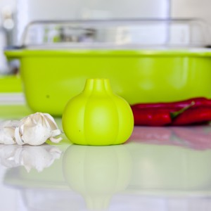 Obierak silikonowy do czosnku marki Galicja w pięknym, zielonym kolorze. Wygodny w użyciu: łupiny pozostaną wewnątrz, a obrany czosnek można łatwo można wyjąć. Dostępny w kilku kolorach: żółtym, pomarańczowym, zielonym i czerwonym. Fot. Galicja.