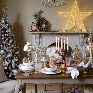 Ozdoby na stole muszą się komponować wizualnie z dekoracją całego domu. Miedziane świeczniki, srebrne i złote bombki oraz srebrne akcesoria dekoracyjne na stole harmonizują z ozdobami choinkowymi. Fot. Marks and Spencer.