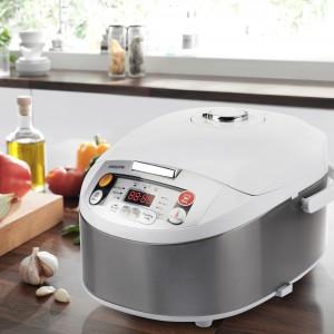 Wielofunkcyjne urządzenie do gotowania Multicooker firmy Philips, dzięki któremu szybko i łatwo przygotujesz zarówno ulubioną zupę, jak i mięso, makaron, ciasto. Wyposażone w funkcję inteligentnej regulacji temperatury. Panel sterowania ułatwia obsługę urządzenia. Fot. Philips.