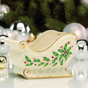 Elegancka porcelanowa misa z motywem ostrokrzewu. Można w niej podać aromatyczne pierniczki lub uczynić z niej ozdobę, wypełniając ją igliwiem lub bombkami. Fot. Rosenthal.