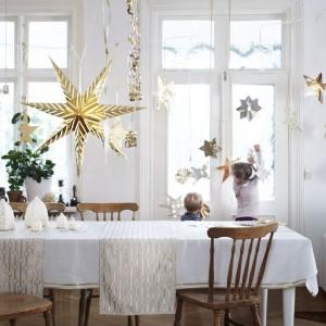 Błyszcząca złota lampa w kształcie gwiazdy to typowo świąteczna dekoracja, która rozświetli zimowe wieczory i wprowadzi do wnętrza prawdziwą bożonarodzeniową atmosferę. Cena 39,99 zł. Fot. Ikea.