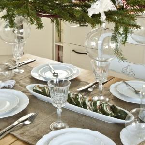 Świątecznie udekorowany stół zaprasza do biesiady – to prawdziwe serce domu.