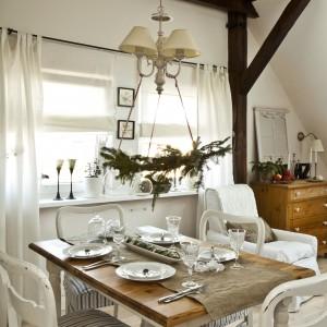 By nie ograniczać dostępu światła, gospodyni zawiesiła w oknach delikatne białe zasłony i rolety.