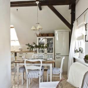 Również meble w salonie ubrane zostały w białe pokrowce. Taki zabieg pozwolił na optyczne powiększenie i rozświetlenie przestrzeni.