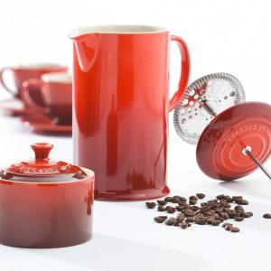Czerwona cukiernica z pokrywką oraz zaparz do kawy o prostej, tradycyjnej formie. Fot. Le Creuset