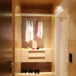 Sporo miejsca w szafie zajmują zwykle rzeczy, których już nie nosimy. Możemy z nich zrobić pożytek oddając je potrzebującym lub sprzedać na jednym z portali. Fot. Bartosz Jarosz.