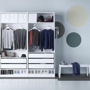 Nie powinniśmy przechowywać ubrań w plastikowych pokrowcach. Przez to materiał nie może oddychać, a chemikalia używane przy praniu odzieży nie wywietrzeją. Fot. IKEA.