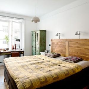 Drewniany zagłówek ociepla wnętrze sypialni urządzonej w skandynawskim stylu. Fot. Fantasik Frank.
