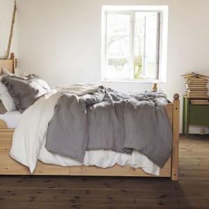 Łóżko Hurdal wykonane z drewna sosnowego z widocznymi słojami i sękami. Fot. IKEA.