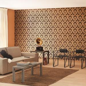 Niezwykle efektowna tapeta z kolekcji Gentle Elegance marki Rash. Złote wzory na brązowym tle podkreślą charakter salonu w stylu glamour. Fot. Rash.