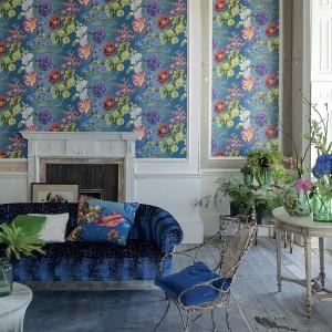 Tapeta w kolorowe kwiaty z pewnością będzie największą dekoracją salonu. Projekt: Alexandria Blau, dostępna 5qm.de Tapeten. Fot. 5qm.de Tapeten.
