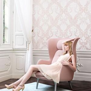Pastelowa i delikatna okleina Rose Damask marki Wall Republic to propozycja do subtelnych, kobiecych pomieszczeń. Fot. Wall Republic.