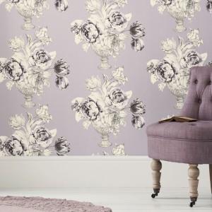 Liliowa tapeta ozdobiona pękami bujnych kwiatów nada wnętrzu melancholijny, romantyczny klimat. Fot. Next.