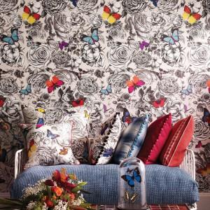 Czarno-białą tapetę ożywiają kolorowe motyle przemykające między graficznymi wzorami. Seria Butterfly Garden. Fot. 5qm.de Tapeten.