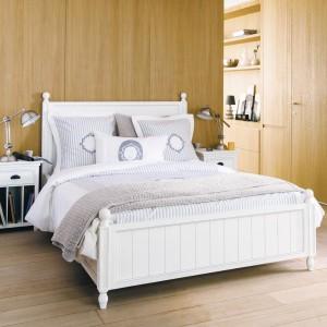 Ściany wykończone drewnem to pomysł na ciekawą aranżację sypialni. Fot. Maison du Monde.
