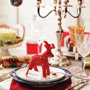 Czerwony, tekstylny renifer stał się przytulną, humorystyczną ozdobą zastawy stołowej. Fot. Home Sense.