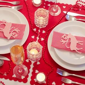 Kolorem niosącym ze sobą najbardziej świąteczne emocje jest bez wątpienia czerwień. Urokliwe papierowe reniferki z czerwonym dekorem w wesołe kropki są idealne na aranżację świątecznego stołu.  Fot. Shutterstock.