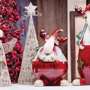 Ozdobna ażurowa choinka i aniołek stanowią delikatne, subtelne tło dla filuternych figurek z reniferami: wysokim i chudym oraz niskim i pulchnym. Humorystycznym akcentem są czerwone, mikołajowe spodnie na nogach reniferów. Fot. Home&You.