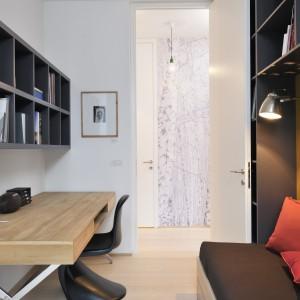 W poszczególnych pomieszczeniach zadbano o efektowne detale dekoracyjne. W tym pokoju jest nim oryginalne krzesło z wyprofilowanym siedzeniem. W pokoju obok - siedzisko-huśtawka. Projekt: Biuro Architektoniczne GAO Arhitekti. Fot. Miran Kambic.