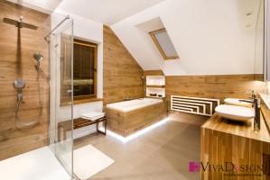 Zdjęcie łazienki (piętro). Na podłodze i ścianach płytka. Blat szafki wykonany z drewna olejowanego, fronty lakierowane. Projekt: Pracownia Projektowania Wnętrz Viva Design, Fot. Tadeusz Poźniak.
