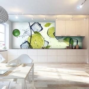 Białą kuchnie ożywiono fototapetą z motywem soczystych, orzeźwiających limonek. Barwną powierzchnią oświetlają świetlówki zamontowane pod sufitem. Fot. Livingstyle.