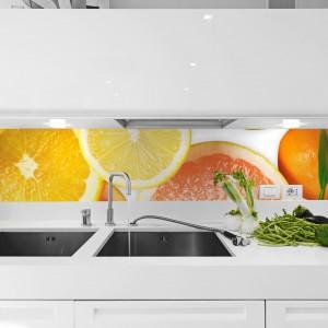 Biała, nowoczesna kuchnia została pięknie ożywiona intensywnymi kolorami soczystych, orzeźwiających cytrusów. Fot. BigTrix.