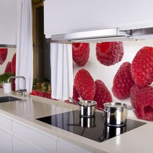 Czerwień i biel idealnie się uzupełniają. Dlatego też fototapeta z apetycznymi malinami efektownie prezentuje się nad blatem kuchennym. Fot. Artofwall.