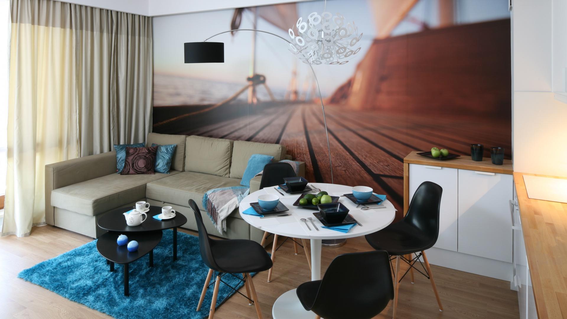 W otwartej strefie dziennej urządzono salon, kuchnię i jadalnię. Okrągły stół dzięki swej subtelnej formie stał się głównym jej elementem dekoracyjnym. Projekt: Anna Maria Sokołowska. Fot. Bartosz Jarosz.