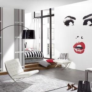 Czy jest bardziej wdzięczny widok niż twarz pięknej kobiety? Urzekające oczy oraz zmysłowe usta wykorzystano jako motyw na tapecie z kolekcji Home Vision niemieckiej marki Rash. Fot. Rash.