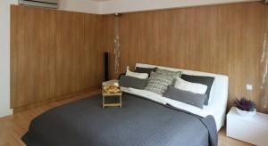 Ponadczasowe, uniwersalne drewno świetnie sprawdza się w każdym wnętrzu. W sypialni stworzy przytulny, nastrojowy klimat.