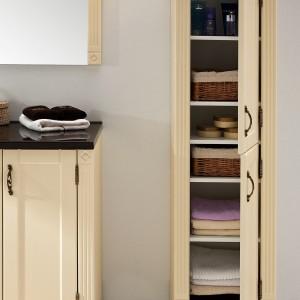 W zestawie klasycznych mebli Ritorno z oferty firmy Antado wysoki słupek , w którym można pomieścić zapasowe ręczniki, kosmetyki i akcesoria łazienkowe. Fot. Antado.