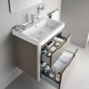 Firma Roca poleca kolekcję wyposażenia łazienki w tym mebli Dama-N. Szafka podumywalkowa ma dwie szuflady, do przechowywania przedmiotów  różnej wielkości. Fot. Roca.