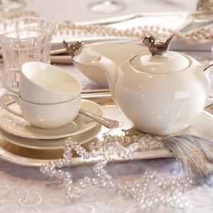 Szykowna aranżacja stołu dla wielbicieli elegancji. Piękną, białą porcelanę skomponowano z kryształowymi i srebrnymi dodatkami. Biały obrus z pięknym haftem stanowi efektowną bazę pod zastawę. Fot. Villa Italia.