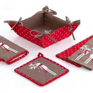 Komplet kuchenny Happy Deers z pomocnikiem Świętego Mikołaja, tworzy świąteczny klimat w przestrzeni domowej. Fot. Home&You.
