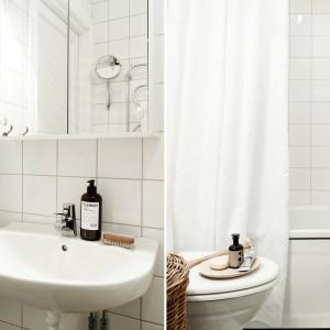 W łazience - wzorem całego wnętrza - króluje biel. Ściany wykończono białymi płytkami, a ceramikę utrzymano w tradycyjnym białym kolorze. Biała jest również zasłona wannowa. Fot. Stadshem.