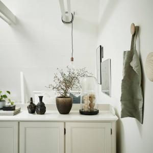 Jasna, stylizowana komoda osłania przestrzeń sypialni oraz oferuje dodatkową przestrzeń do przechowywania oraz ustawienia dekoracji. Fot. Stadshem.