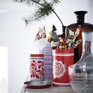 Trzy pojemniki z pokrywką Vinterkul w biało-czerwonej, świątecznej kolorystyce. Małe puszki możemy włożyć do większych, dzięki czemu zaoszczędzimy miejsce podczas przechowywania. Fot. IKEA.