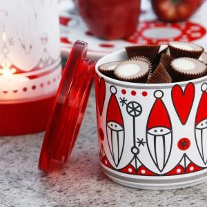 Ceramiczny pojemnik z plastikową, przezroczystą pokrywką. Biało-czerwony wzór z wizerunkiem Świętego Mikołaja i serduszek. Fot. Sagaform.