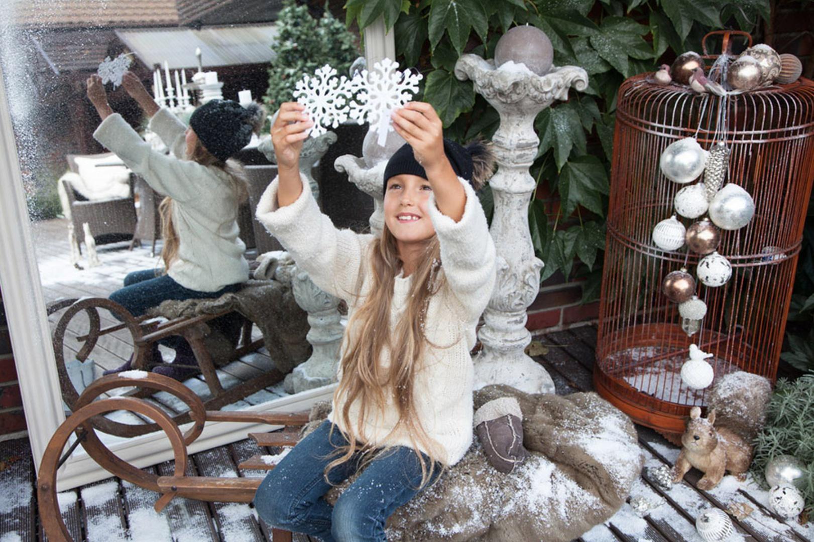 Białe śnieżynki, szklane bombki czy inne stylowe dekoracje z kolekcji White Forest marki Almi Decor. Fot. Almi Decor.