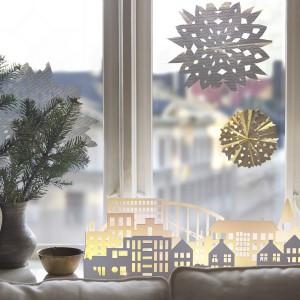 Dekoracje okienne z oferty marki IKEA nawiązują do tradycyjnych, ręcznie wykonywanych ozdób świątecznych. Fot. IKEA.