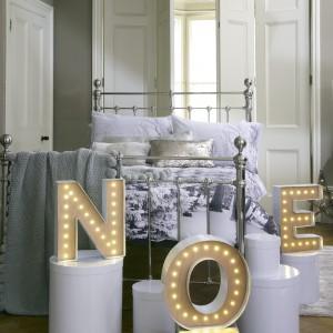 Bożenarodzeniowy nastrój w sypialni stworzą podświetlane litery zwiastujące gwiazdkę. Fot. Mark&Spenser.