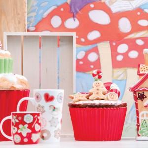 Pojemniki z kolorowymi, bożonarodzeniowymi dekorami efektownie uzupełnią świąteczną aranżację naszej kuchni. Fot. Home&You.