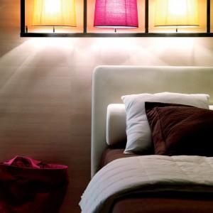 Młodzieżowy charakter aranżacji podkreśla kolorowe oświetlenie, zainstalowane nad wezgłowiem łóżka. Fot. Doimo Cityline.