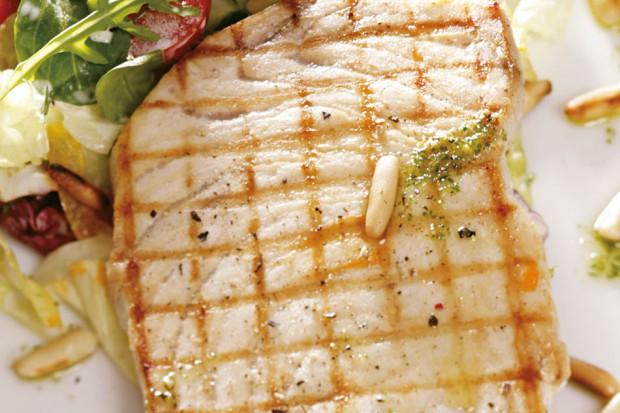 Pyszna ryba podawana na sałacie Cezar - świetna propozycja na lekkie świąteczne danie. Przepis na 5 porcji.